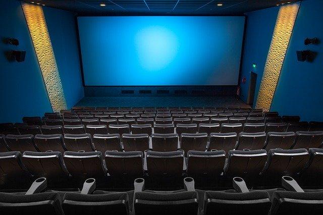 Kinosála, obrazovka, sedačky.jpg