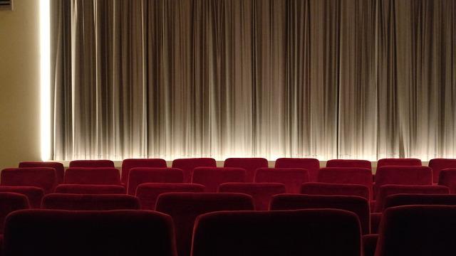 Kinosála, sedačky, záves.jpg