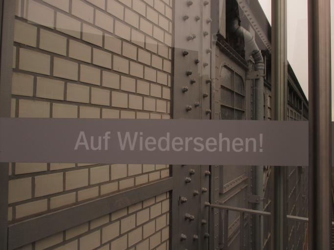 """Detail sklenených dverí s nápisom """"Auf Wiedersehen"""".jpg"""