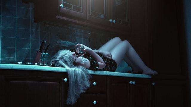 žena ležiaca v kuchyni