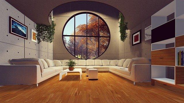 Moderne zariadený byt s veľkým oknom